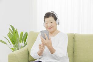 日本人シニア女性の写真素材 [FYI04758817]