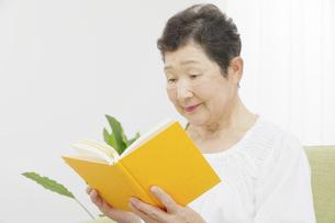 日本人シニア女性の写真素材 [FYI04758842]