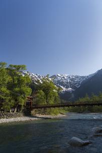 新緑の上高地 梓川と河童橋の写真素材 [FYI04759033]