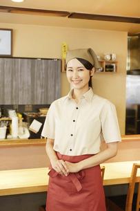 飲食店店員の写真素材 [FYI04759068]