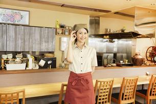 飲食店店員の写真素材 [FYI04759073]