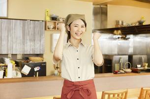 飲食店店員の写真素材 [FYI04759075]