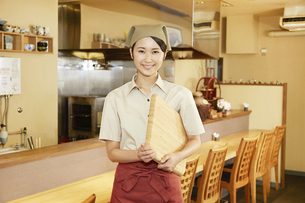飲食店店員の写真素材 [FYI04759077]