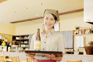 飲食店店員の写真素材 [FYI04759091]