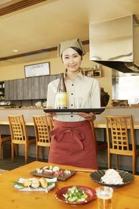 飲食店店員の写真素材 [FYI04759092]