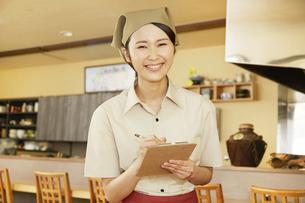飲食店店員の写真素材 [FYI04759095]