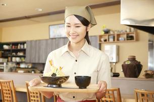 飲食店店員の写真素材 [FYI04759098]