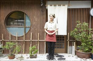 飲食店店員の写真素材 [FYI04759119]