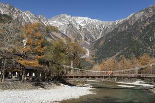 秋の上高地 河童橋の写真素材 [FYI04759123]