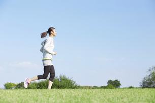 ジョギングをする女性の写真素材 [FYI04759134]