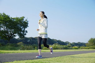 ジョギングをする女性の写真素材 [FYI04759139]
