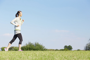 ジョギングする女性の写真素材 [FYI04759248]