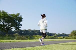 ジョギングする女性の写真素材 [FYI04759251]