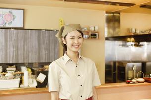 飲食店店員の写真素材 [FYI04759258]