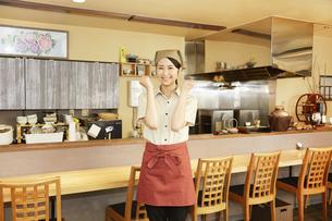 飲食店店員の写真素材 [FYI04759264]