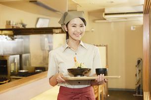飲食店店員の写真素材 [FYI04759274]