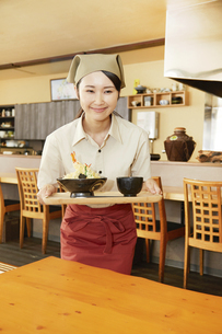 飲食店店員の写真素材 [FYI04759288]