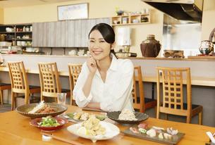 飲食店の客の写真素材 [FYI04759304]