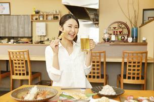 飲食店の客の写真素材 [FYI04759308]