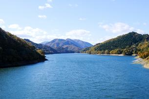 九頭竜湖の紅葉の写真素材 [FYI04759591]