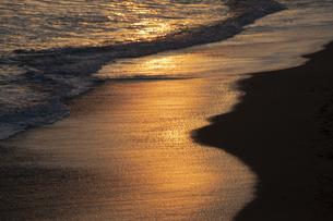 夕方の波打際の写真素材 [FYI04759825]