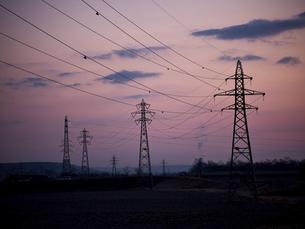 早朝の空と鉄塔の写真素材 [FYI04759974]