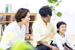 家族団らんの様子の写真素材 [FYI04760070]