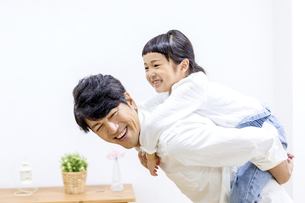 父親と遊ぶ女の子の写真素材 [FYI04760077]