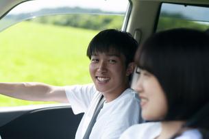 ドライブをするカップルの写真素材 [FYI04760395]