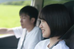 ドライブをするカップルの横顔の写真素材 [FYI04760396]