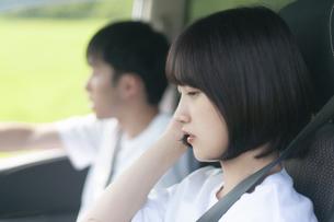 ドライブをするカップルの写真素材 [FYI04760397]