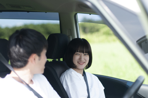 ドライブをするカップルの写真素材 [FYI04760398]