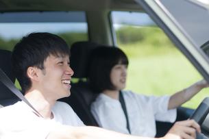 ドライブをするカップルの写真素材 [FYI04760399]