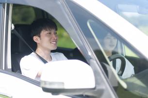 ドライブをするカップルの写真素材 [FYI04760400]
