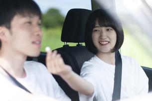 車の中で飴を渡す女性の写真素材 [FYI04760401]