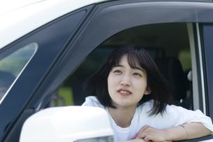 車の助手席で上を見上げる女性の写真素材 [FYI04760403]