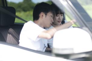 車内で話をするカップルの写真素材 [FYI04760414]