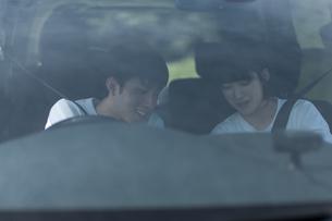 ドライブをするカップルの写真素材 [FYI04760418]