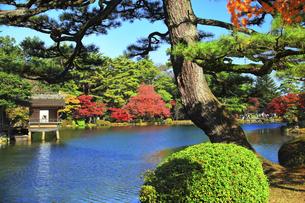 秋の金沢兼六園 霞ヶ池に内橋亭と紅葉の写真素材 [FYI04760679]