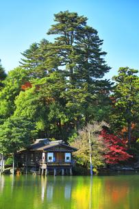秋の金沢兼六園 霞ヶ池に内橋亭と紅葉の写真素材 [FYI04760682]