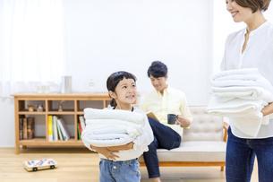 洗濯物をたたむ親子の写真素材 [FYI04760708]