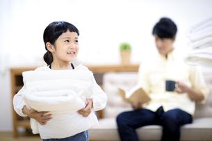 洗濯物をたたむ親子の写真素材 [FYI04760709]