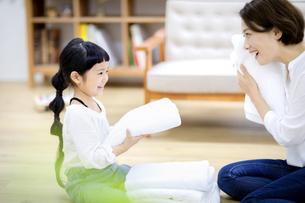 洗濯物をたたむ親子の写真素材 [FYI04760713]