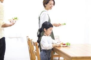 家族の朝食の時間の写真素材 [FYI04760717]
