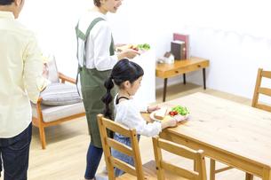 家族の朝食の時間の写真素材 [FYI04760718]
