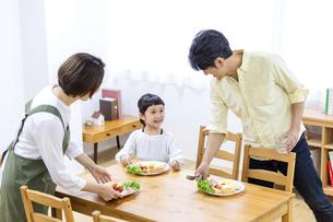 家族の朝食の時間の写真素材 [FYI04760719]
