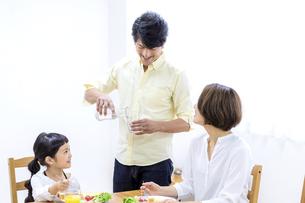 家族の朝食の時間の写真素材 [FYI04760723]