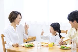 家族の朝食の時間の写真素材 [FYI04760727]