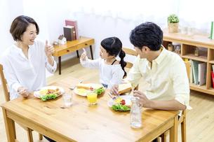 家族の朝食の時間の写真素材 [FYI04760728]