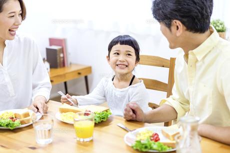 家族の朝食の時間の写真素材 [FYI04760729]